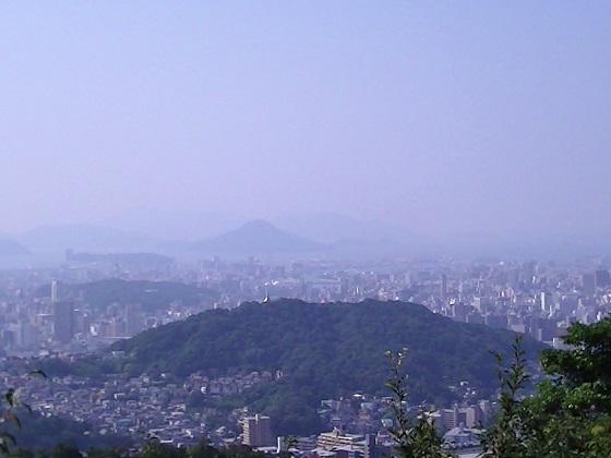 双葉山 ◆フェリーから眺めた双葉山。(26.9.7) 仏舎利塔が目立ちます。 ... 東照宮から